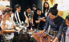 Ebru sanatı Çinli sanatçının elinde hayat buluyor