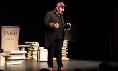 Ali Poyrazoğlu'ndan yeni oyun: 'Hayatım Roman' - İlk oyunu hınca hınç dolu salona oynadı