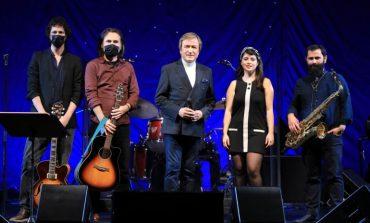 Erol Evgin, yeni yılın ilk konserinde İş Sanat sahnesini sokak müzisyenleri ile paylaşıyor
