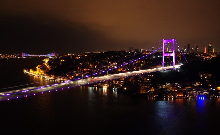 İstanbul'un Köprüleri Mor Renkle Işıklandırıldı