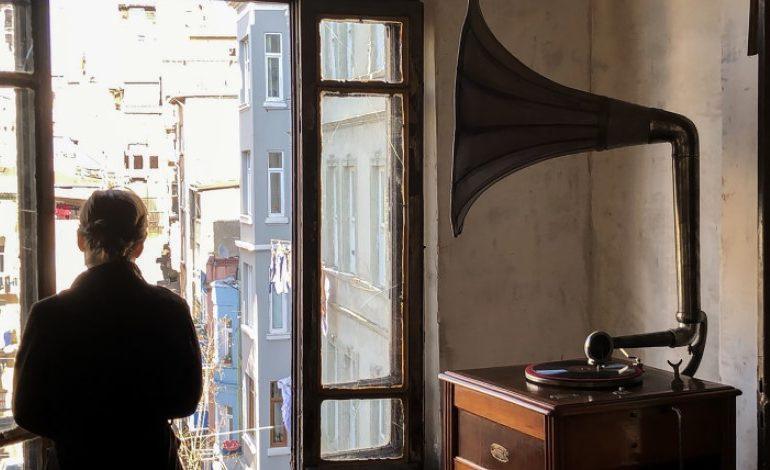 """İtalyan Sanatçı Gian Maria Tosatti'nin """"Kalbim Ayna Gibi Boş – İstanbul Bölümü"""" Enstalasyon, 3 Mayıs -4 Haziran Tarlabaşı'nda Bir Binada Sergileniyor!"""