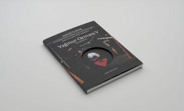 """ARTER KOLEKSİYONU'NDAKİ """"YAĞMUR ORMANI V (VARYASYON 3)"""" İSİMLİ YAPITA YAKINDAN BİR BAKIŞ SUNAN KİTAP YAYIMLANDI!"""
